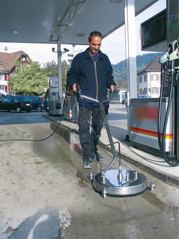 Mies pesee huoltoaseman betonilattiaa mosmatic lattiapesurilla