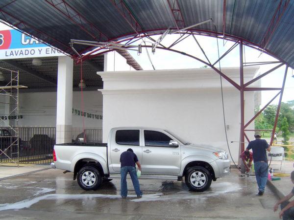 Mies pesee autoa mosmatic pesupuomella