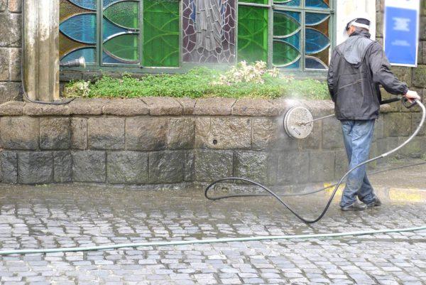 Mies pesee kiviaitaa mosmatic seinäpesurilla
