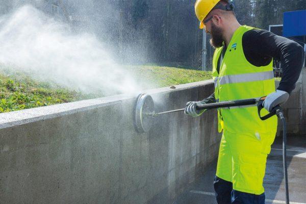 Mies pesee betoniseinää mosmatic seinäpesurilla