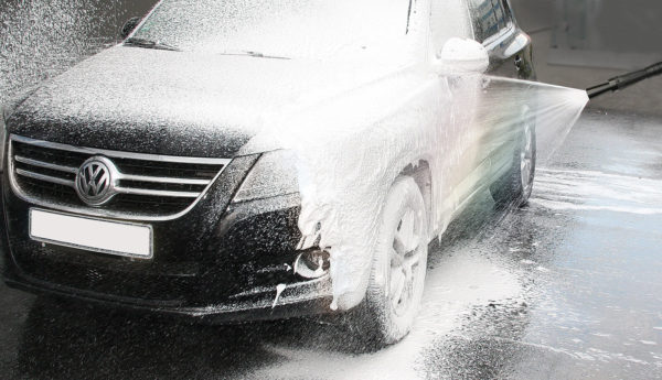 Mosmatic vaahdotuslaite suihkuttaa vaahtoa auton päälle