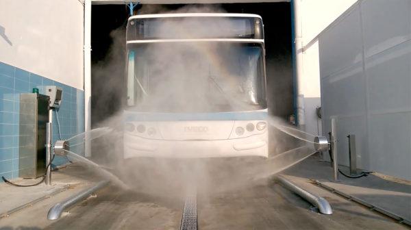 Kaksi mosmatic vannepesuria pesee linja-autoa