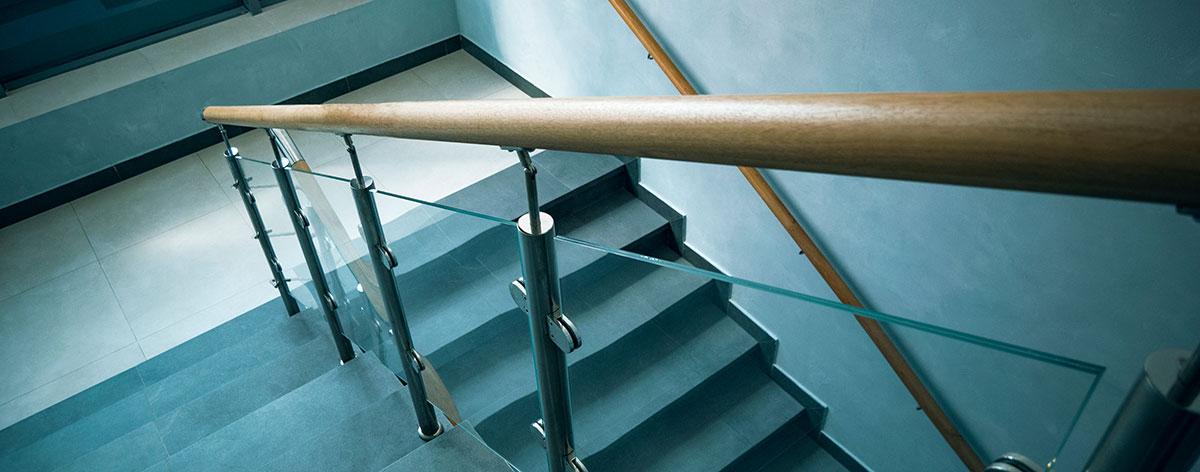 Harmaat portaat ja puinen kaide